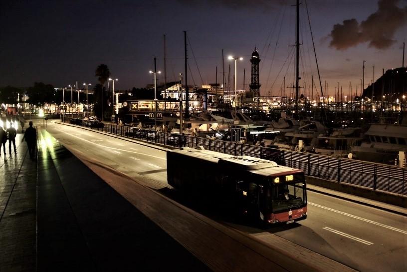 Imagen autobús nocturno en el puerto de Barcelona
