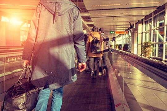 Personas con maletas en Barajas
