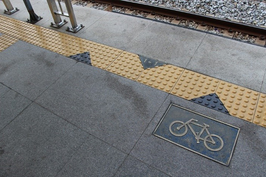 Zona señalada para bicicletas en anden