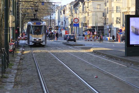 Tranvía circulando por una ciudad