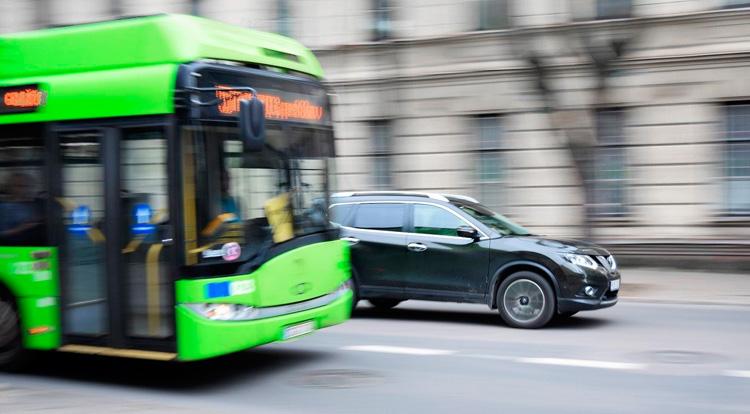Autobus circulando por una calle