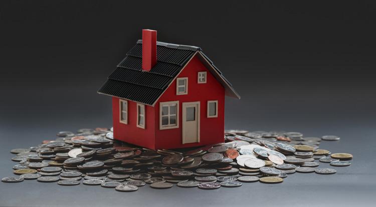 Casa roja rodeada de monedas