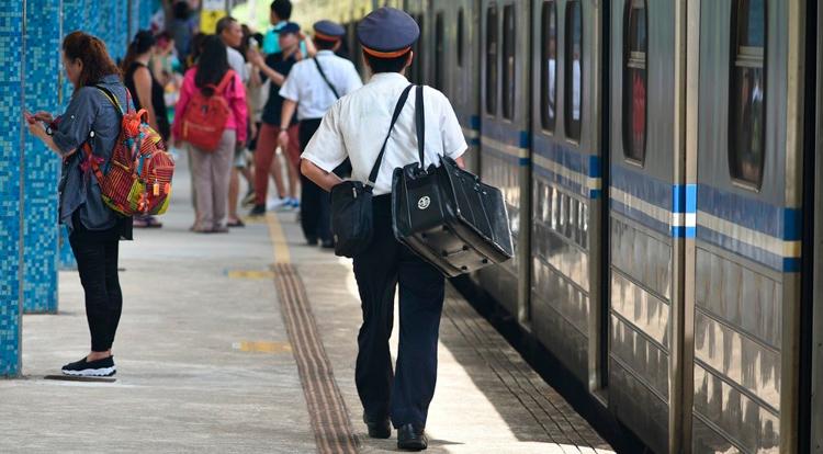 Pasajeros esperando en un anden de tren