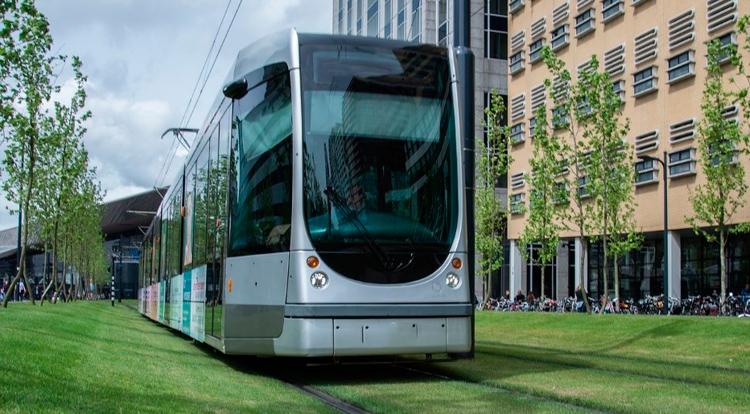 Tranvía circulando por la ciudad