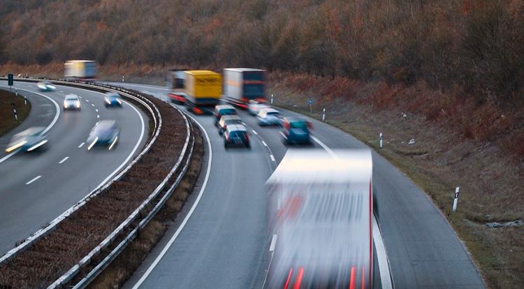 Vehículos circulando por una autovía