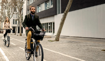 Personas paseando en bicicleta por la ciudad